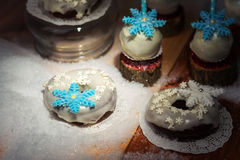 Lollypops zijaanzicht en donuts over de sneeuw Licht accent Stock Afbeeldingen