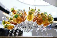 Lollys in de vorm van ananas op een winkelvenster royalty-vrije stock foto's