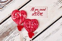 Lollys en rode harten stock foto