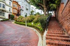 Lombard Straat, als bochtige straat op 17 Augustus, 2017 wordt bekend - San Francisco, Californië, CA dat Stock Foto