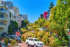 """Lombard Street är den västra gatan för en east†""""i San Francisco, det är berömd för ett brant arkivfoton"""