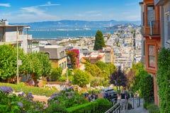 """Lombard Street är den västra gatan för en east†""""i San Francisco, det är berömd för ett brant fotografering för bildbyråer"""