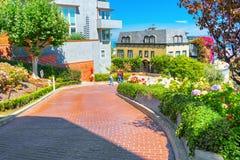 """Lombard Street är den västra gatan för en east†""""i San Francisco, det är berömd för ett brant arkivbilder"""