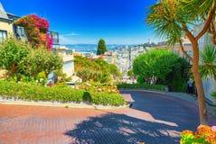 """Lombard Street är den västra gatan för en east†""""i San Francisco, det är berömd för ett brant arkivbild"""