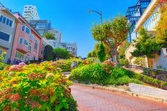 """Lombard Street är den västra gatan för en east†""""i San Francisco, det är berömd för ett brant royaltyfria bilder"""