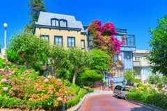 """Lombard Street är den västra gatan för en east†""""i San Francisco, det är berömd för ett brant royaltyfri fotografi"""