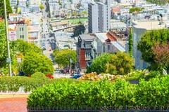 """Lombard Street är den västra gatan för en east†""""i San Francisco, det är berömd för ett brant arkivfoto"""