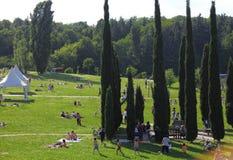 Lombardije MEI 2014 - de volkeren van Italië in het park in een zonnige dag stock foto