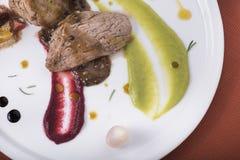 Lombinho com molho de pimenta, as batatas caçadas e dois puré vegetal diferente 5 Foto de Stock Royalty Free