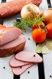 Lombinho de carne de porco fumado com vegetais Carne cortada Carne na caixa fotos de stock