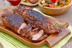 Lombinho de carne de porco grelhado servido com hortaliças foto de stock