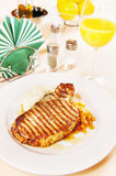 Lombo de carne de porco em uma tabela colocada Imagem de Stock