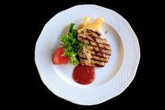 Lombo de carne de porco grelhado com legumes frescos Foto de Stock Royalty Free