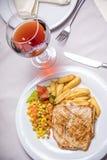 Lombo de carne de porco, prato lateral e vinho grelhados Foto de Stock