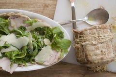 Lombo do assado da carne de porco com rúcula e Parmesão foto de stock