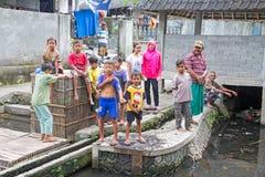 LOMBOK, INDONESIË - DECEMBER 30, 2016: Kinderen die buiten spelen Stock Foto's