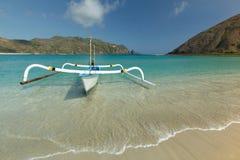 Lombok y barco de la playa de Mawun Imagen de archivo