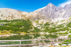 Lomnicapiek en Rocky Mountain-Lake in Hoge Tatras royalty-vrije stock fotografie