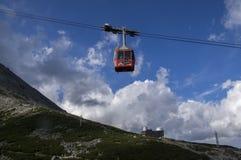 Lomnicky stit,高Tatra山/斯洛伐克- 2017年7月6日:充分惊人的空中推力从驻地Skalnate pleso的游人 免版税库存图片