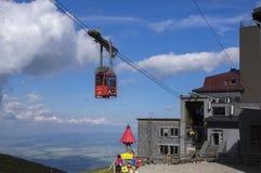 Lomnicky stit,高Tatra山/斯洛伐克- 2017年7月6日:充分惊人的空中推力从驻地Skalnate pleso的游人 库存照片