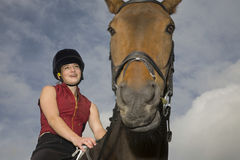 Lomo de caballo femenino Rider Sitting On Horse Fotografía de archivo