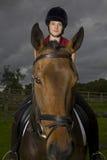 Lomo de caballo femenino Rider Sitting On Horse Fotografía de archivo libre de regalías
