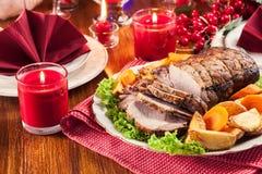 Lomo de cerdo asado con las patatas cocidas al horno imagen de archivo libre de regalías