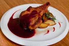 Lomo de cerdo con la salsa de vino y las patatas cocidas Imagen de archivo libre de regalías