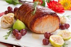 lomo de cerdo Tocino-envuelto con las frutas Fotografía de archivo libre de regalías