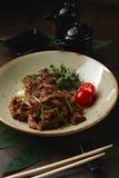 Lomo a la Stroganoff en japonés en sésamo con la salsa y las cebollas de soja Fotos de archivo