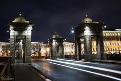Lomonosov-Brücke durch den Fontanka-Fluss nachts St Petersburg, Russland Lizenzfreie Stockfotos