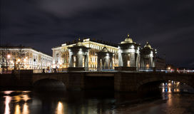 Lomonosov-Brücke durch den Fontanka-Fluss nachts St Petersburg, Russland Lizenzfreies Stockfoto