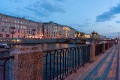 Lomonosov bro ?ver den Fontanka floden i St Petersburg, Ryssland Den historiska stod h?gt r?rliga bron, bygger i det 18th ?rhundr royaltyfria bilder