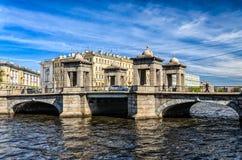 Lomonosov bro över den Fontanka floden på en klar vårdag Arkivfoton