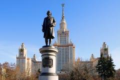 Lomonosov monument framme av universitetet som han grundade royaltyfri bild