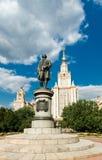 Lomonosov monument och byggnad av Moskvadelstatsuniversitetet Arkivbild