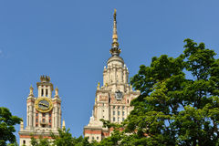 lomonosov Moscow stan uniwersytet Spiers wśród drzew, lata miasta krajobraz Zdjęcia Royalty Free