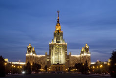 Lomonosov Moskvadelstatsuniversitet i aftonljus Arkivfoton