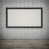 Lona blanca en la pared de ladrillo imagenes de archivo