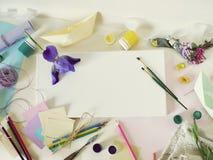 Lona blanca vac?a, materiales del arte, flores frescas, decoraci?n en un fondo ligero imagen de archivo libre de regalías