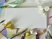 Lona branca vazia, materiais da arte, flores frescas, decora??o em um fundo claro foto de stock