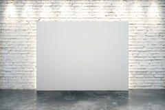 Lona branca vazia no centro da parede de tijolo branca ilustração do vetor