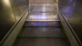 A lona da escada rolante move-se e na elevação as etapas são dobradas vídeos de arquivo