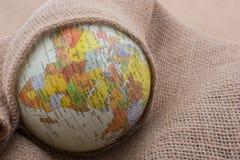Lona de lino envuelta alrededor de un globo Foto de archivo