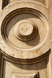 lonatepozzololombardy vägg av ett kyrkligt cirkelmodellkors Arkivfoto
