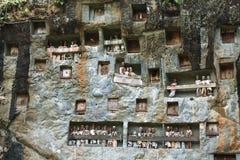 Londa, é uma caverna muito extensiva do enterro na base de uma cara maciça do penhasco. imagem de stock royalty free