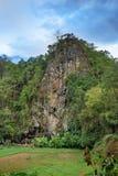 Londa is klippen en de plaats van de holbegrafenis in Tana Toraja, Zuiden Sulawesi, Indonesië stock afbeeldingen