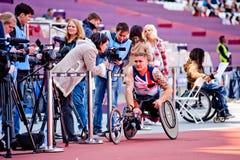 Londen 2012: geïnterviewdeL atleet op rolstoel Stock Foto's