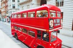 LONDEN - AUGUSTUS 20, 2017: De rode Bussen van Londen in Londen, het UK Royalty-vrije Stock Afbeeldingen