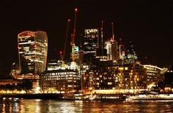 Londen bij nacht De historische Stad van het financiële district van Londen Stock Afbeeldingen